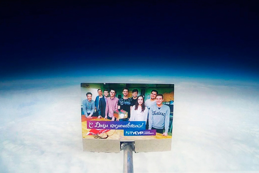 Разработчики ТУСУРа отправили поздравление сДнём космонавтики встратосферу