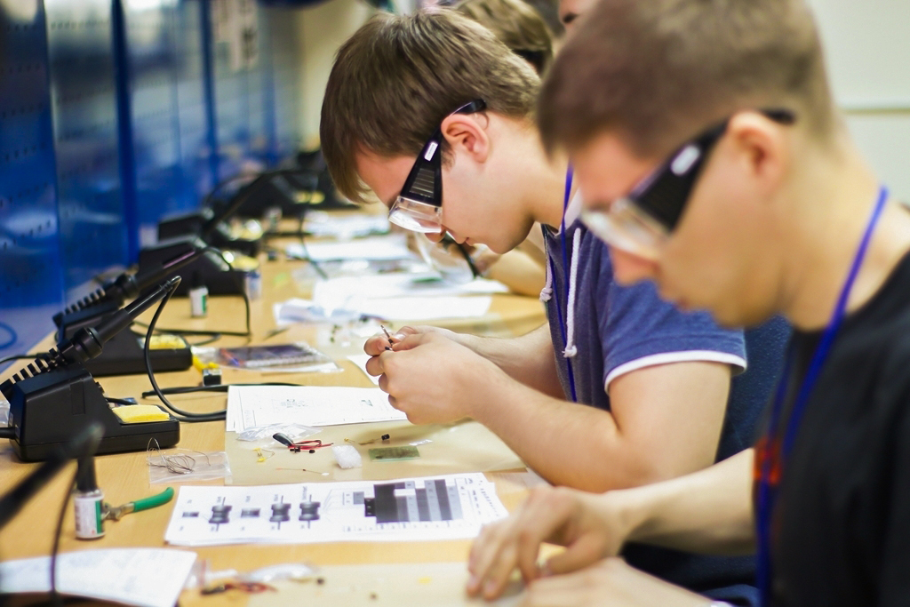 ВТУСУРе молодые инженеры выполнят монтаж схемы наскорость
