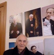 Лановой Василий Семёнович в ДУ на выставке Владимира Бобрецова. Позирует у своего портрета. Февраль 2018 г.