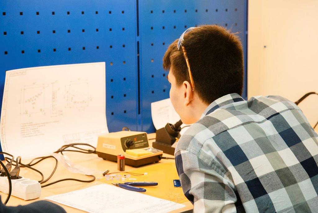 В ТУСУРе выбрали лучших радиомонтажников среди школьников и студентов