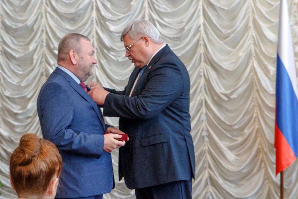 Накануне Дня России губернатор вручил ректору ТУСУРа государственную награду