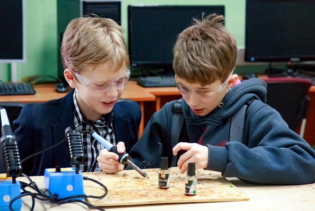 Умный отдых: в «ТехнариУме» ТУСУРа школьники конструируют «умный дом», разрабатывают видеоигры и занимаются паперкрафтом