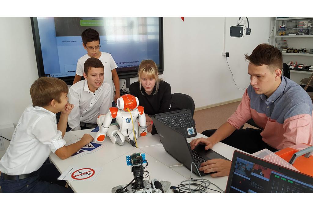 Школьники в «Точке роста» занимаются с роботом по программам ТУСУРа