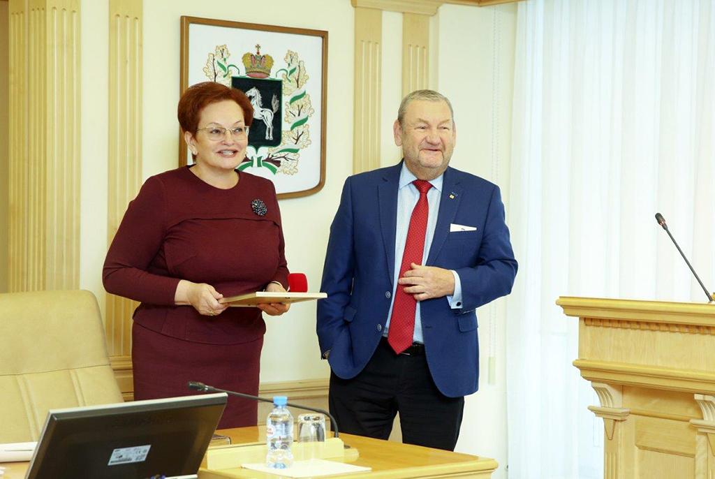 Президенту ТУСУРа вручён памятный знак «Герб Томской области»