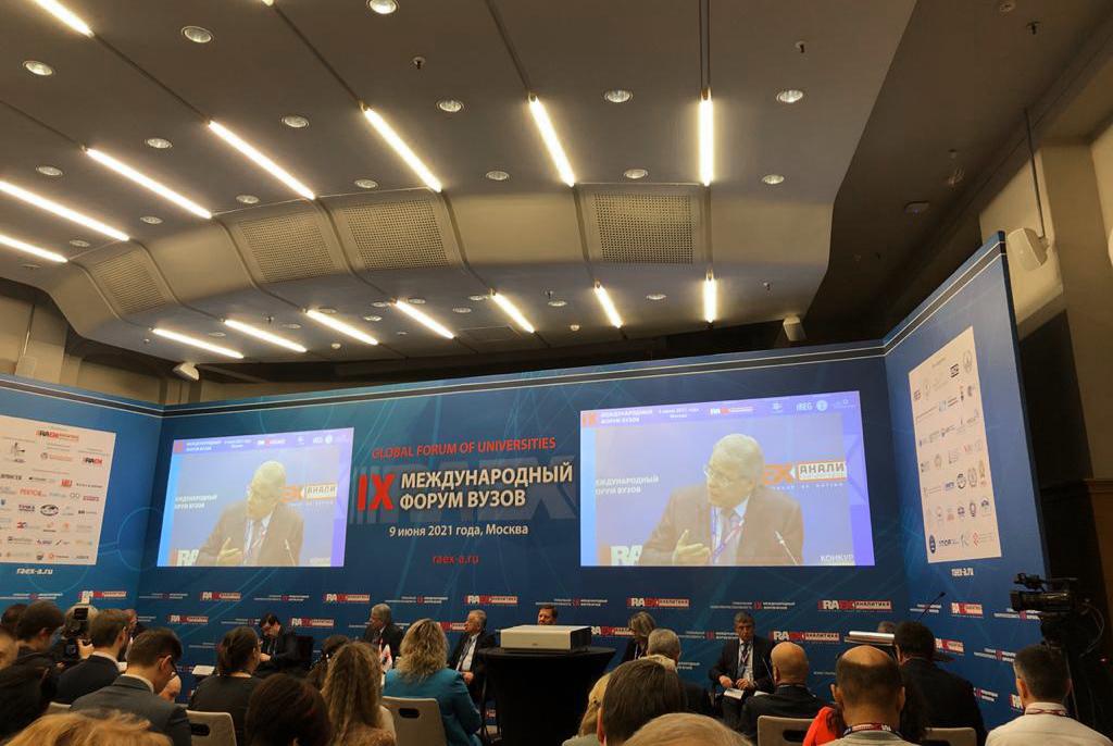 Ректор ТУСУРа принял участие вдискуссии орепутации вузов нафоруме RAEX