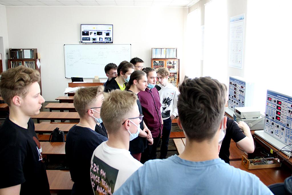 Учащиеся специализированных классов ТУСУРа посетили кафедру КИПР