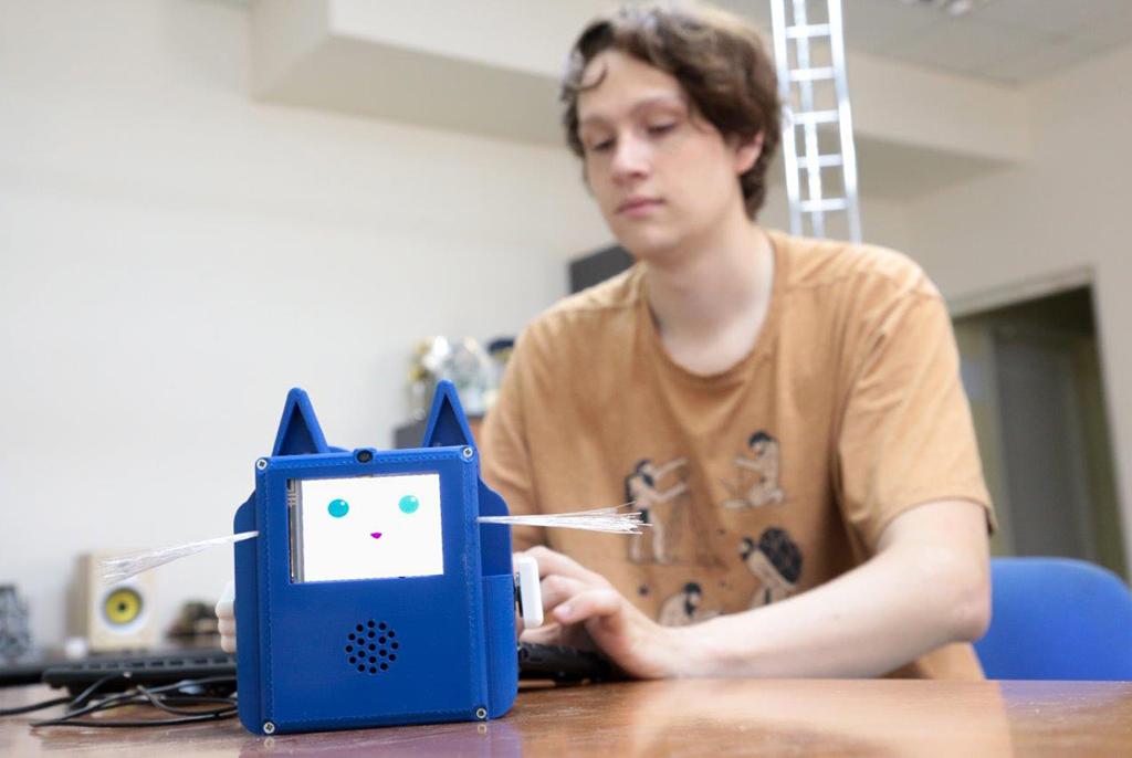Магистрант ТУСУРа создал робота-помощника для школьников в виде кота