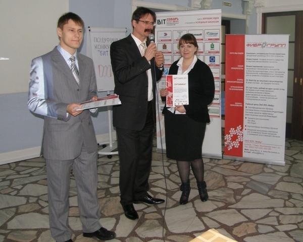 Организатор конкурса А. Бадулин вручает сертификат М. Безденежной