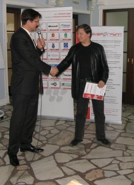 Организатор конкурса А. Бадулин вручает сертификат Н. Калиновскому