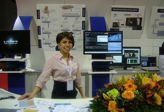 Гаяне Мурадян на фоне выставочной экспозиции Elecard