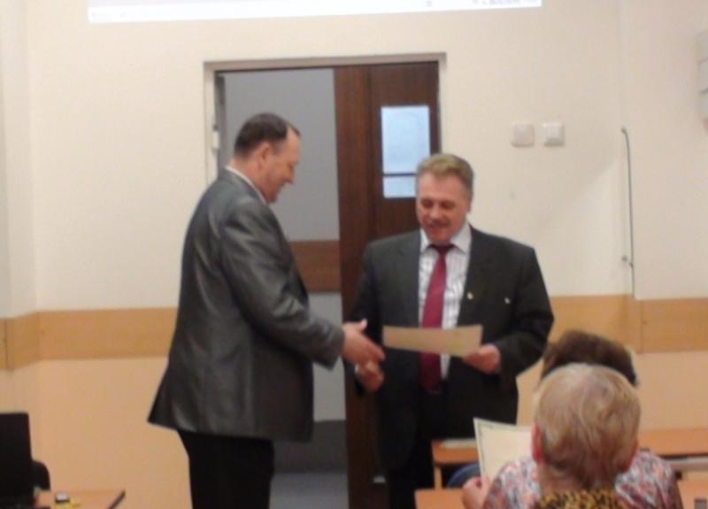 Декан ФПК В. И. Ефанов вручает свидетельство заведующему кафедрой ФЭ П. Е. Трояну.