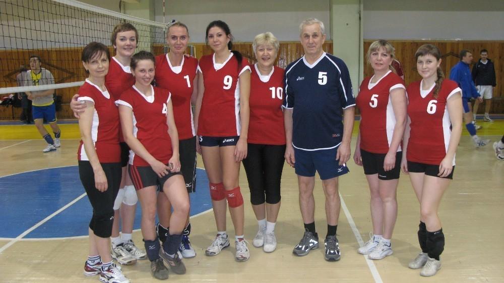 Женская команда ТУСУРа по волейболу с Ю. А. Шурыгиным