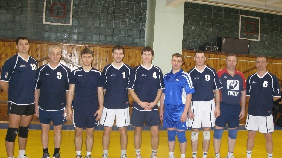Мужская команда ТУСУРа по волейболу с Ю. А. Шурыгиным