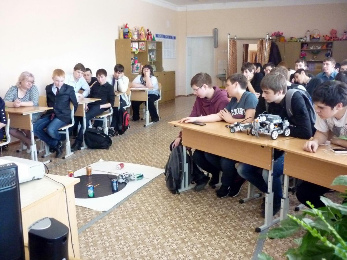 Кафедра КИБЭВС совместно сфилиалом ТУСУРа вСургуте идепартаментом образования администрации Сургутского района провела семинары поробототехнике