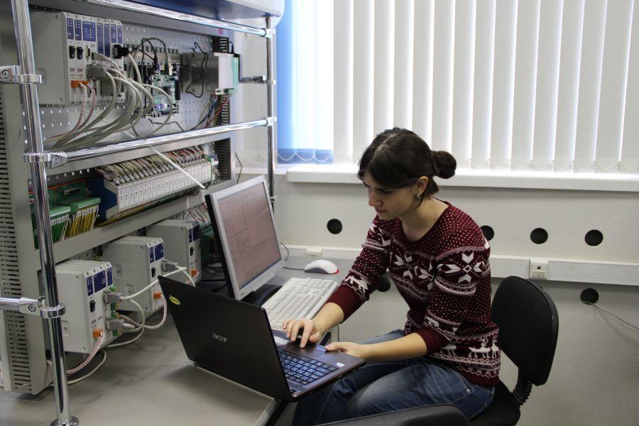 Влаборатории Xilinx набазе кафедры электронных систем ТУСУРа проходят занятия длястудентов ФИТврамках ГПО
