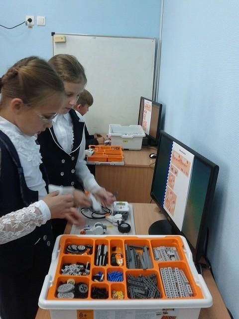 Клубу робототехники КИБЭВС была передана вбезвозмездное пользование последняя модель робота Mindstorms Education EV3откомпании LEGO