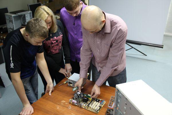 ВСетевой академии Cisco ТУСУРа прошёл мастер-класс «IT-Essentials: основы аппаратного ипрограммного обеспечения компьютера» дляшкольников