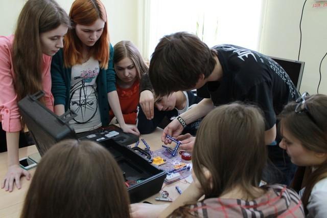 Представители ТУСУР провели мастер-класс длястаршеклассников врамках школьного Фестиваля науки