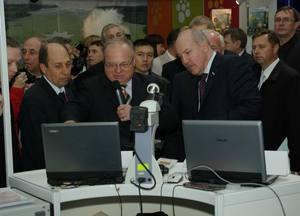 А.В. Кобзев дает комментарии гостям выставки