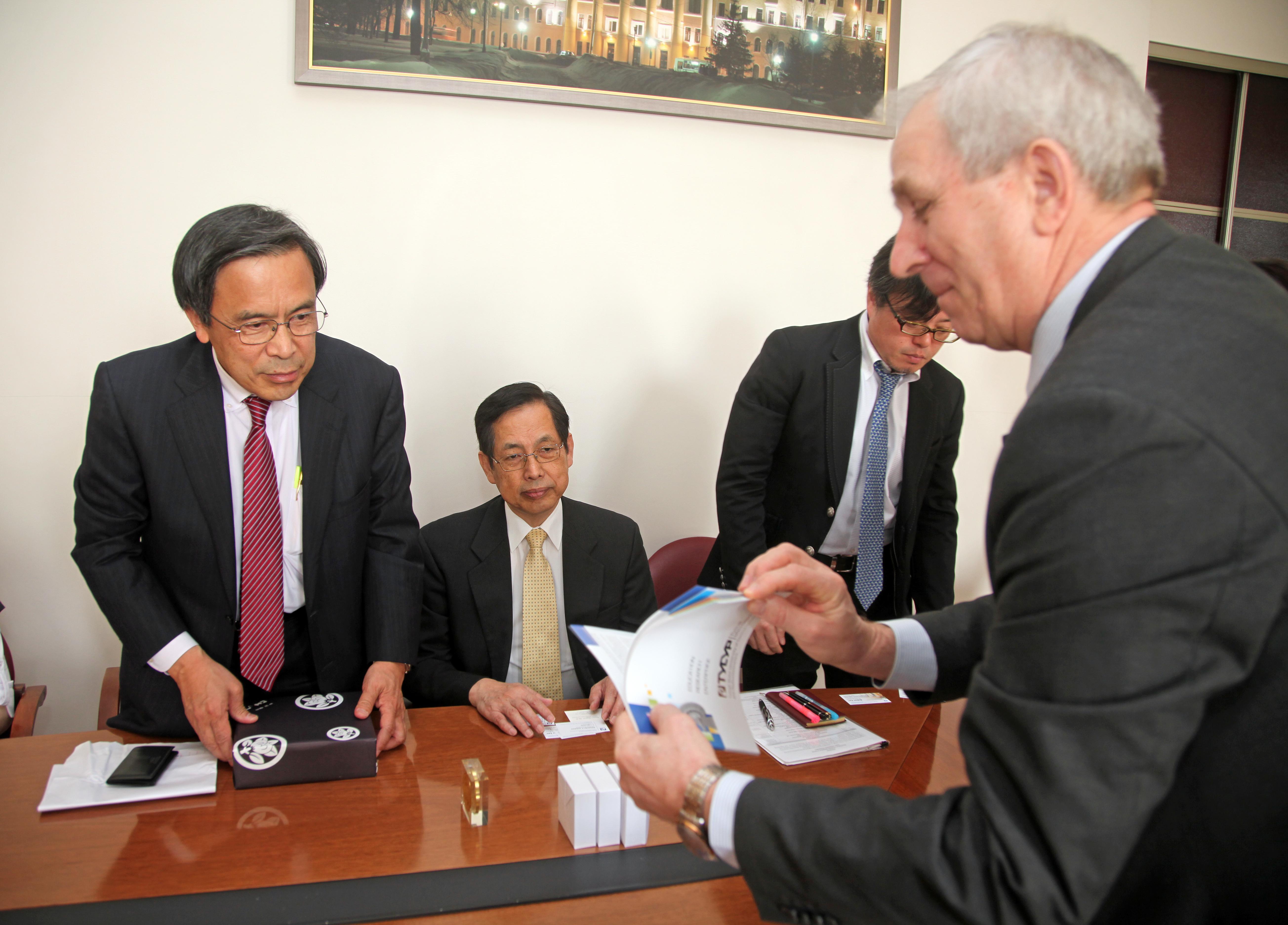 Первый проректор ТУСУР Ю.А. Шурыгин и делегация Университета Рицумейкан (Япония).