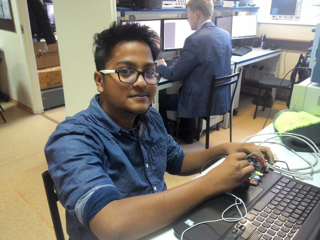 Студент из Индии на практике в лаборатории кафедры ТОР