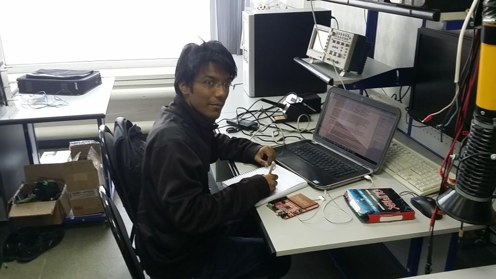 Студент из Индии на практике в лаборатории кафедры ПрЭ
