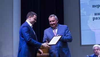 Дмитрий Рогозин вручил благодарность завысокий научно-технический уровень разработанной аппаратуры дляизучения космических объектов