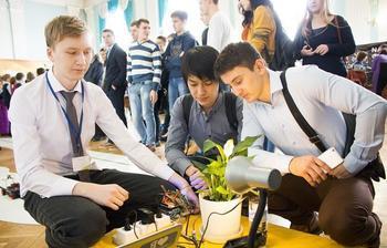 На фото: система для удалённого наблюдения и ухода за комнатными растениями была представлена на открытой выставке научных достижений молодых учёных «РОСТ.Up – 2016» (ТУСУР, ноябрь 2016 г.)