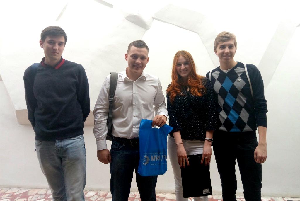 Рустам Газизов со студентами МИЭТ