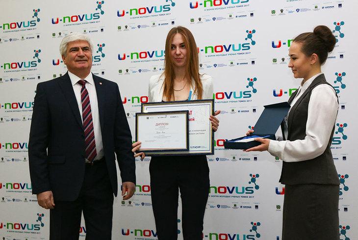 Специальными призами лауреатов конкурса наградил председатель Томского профессорского собрания, ректор ТУСУРа Александр Александрович Шелупанов.
