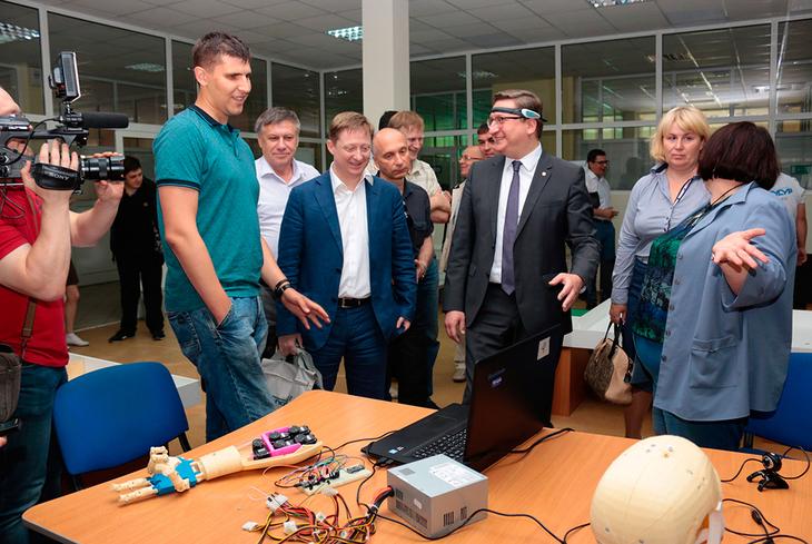 Специально для гостей состоялась экскурсия, в ходе которой были представлены разработки резидентов студенческого бизнес-инкубатора ТУСУРа