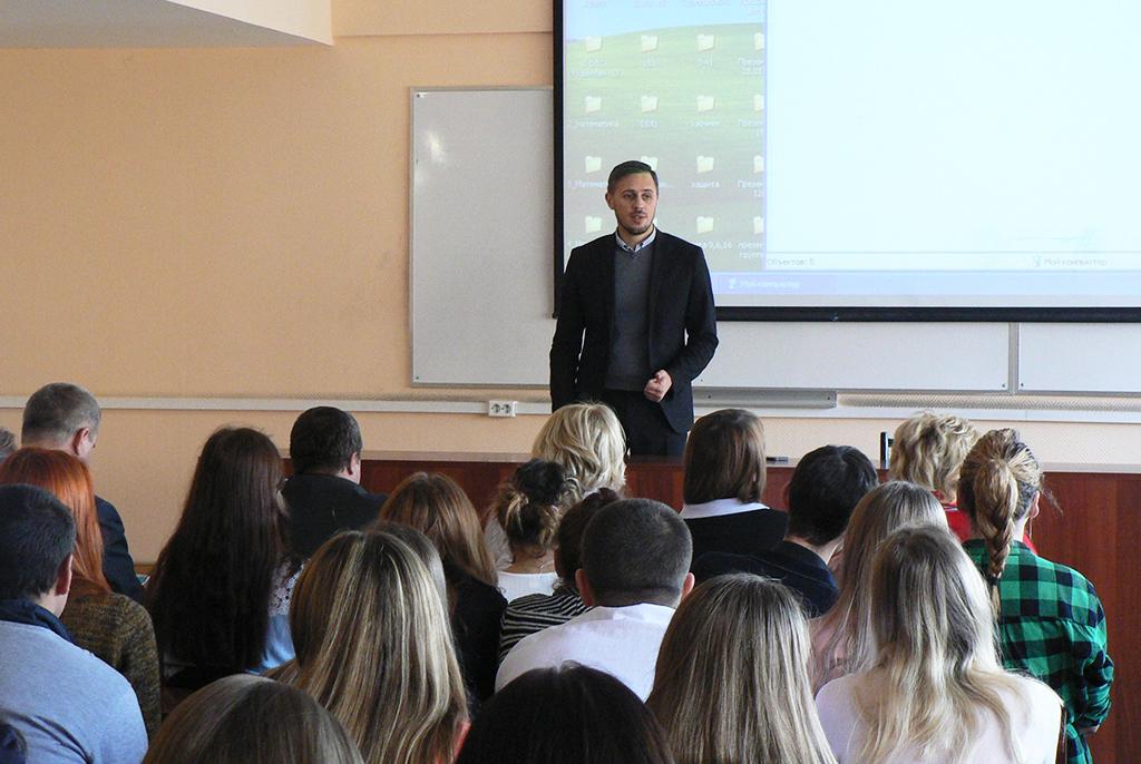 Студенты факультета инновационных технологий ТУСУРа обсудили развитие инновационной деятельности вТомской области спредставителями администрации региона