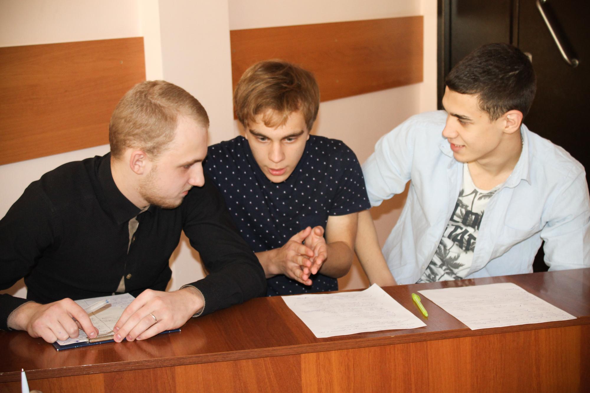 Школьники совместно сФСУ всевыходные выступали вроли политиков, обсуждая общественно значимые проблемы