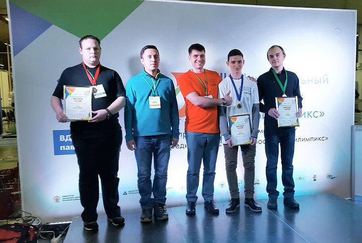 Участники чемпионата с грамотами на фоне баннера