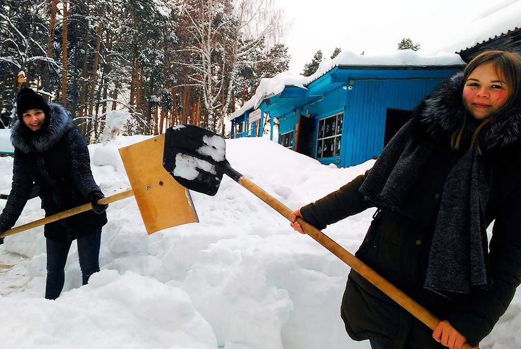 Доброе дело: студенты ТУСУРа чистят отснега дворы пенсионеров